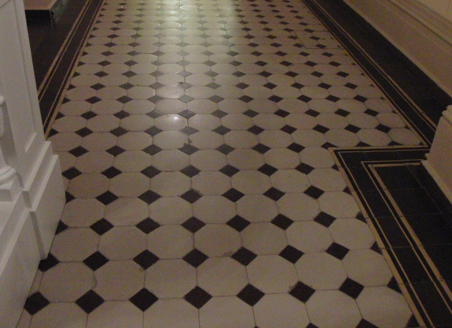 Метлахская плитка в вестибюле