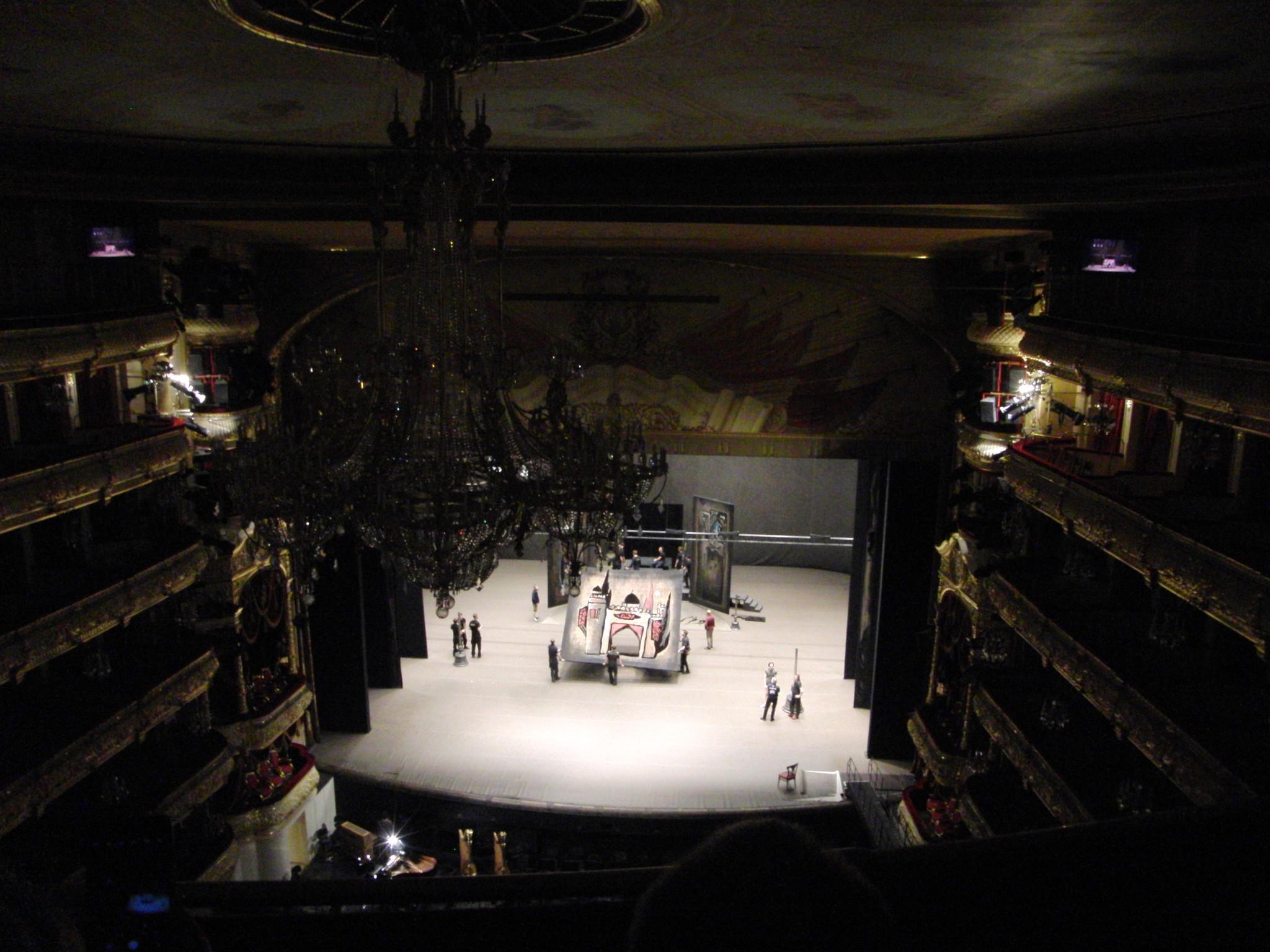 Зрительный зал. Вид сцены с галерки.