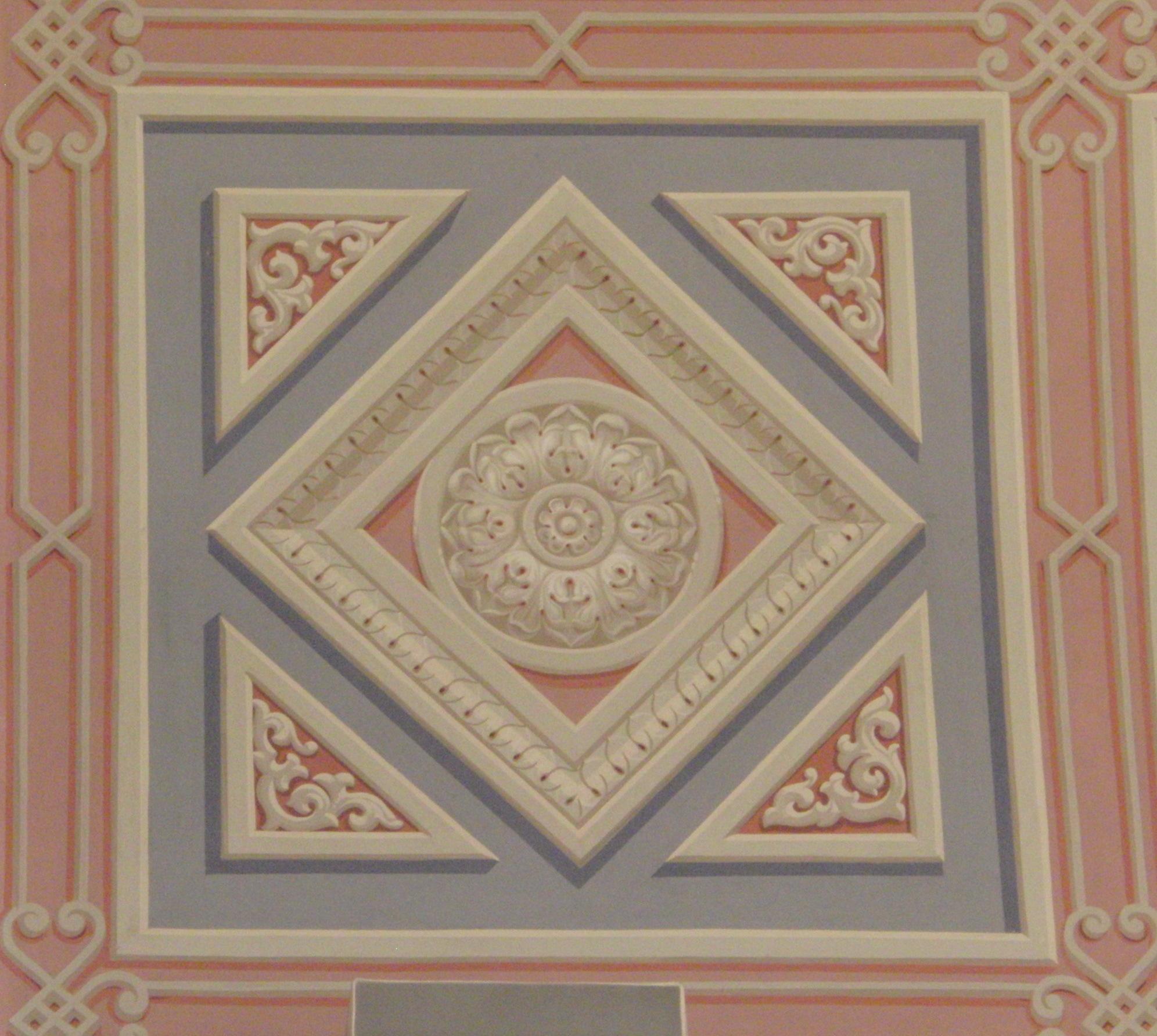 Фрагмент росписи в Главном фойе в технике гризайль
