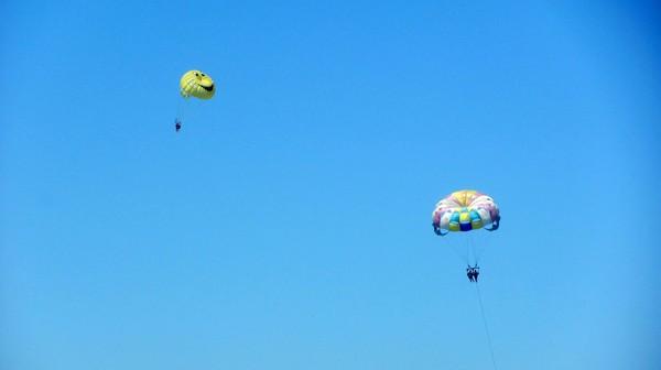 Гагра. Парашютисты и парашюты